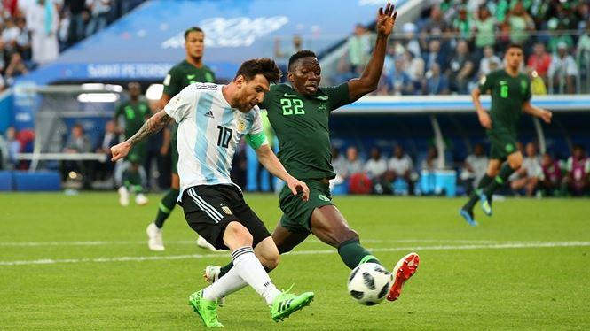 Messi đi bóng qua các cầu thủ Nigeria