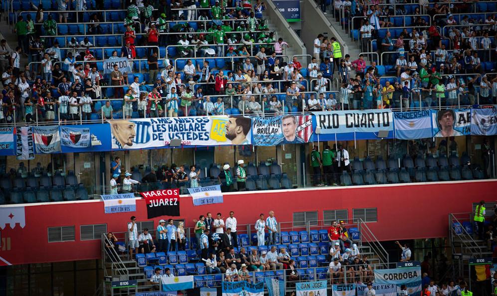 Những băng rôn với hình và khẩu hiệu ủng hộ Messi và đội tuyển được các cổ động viên Argentina chăng kín sân