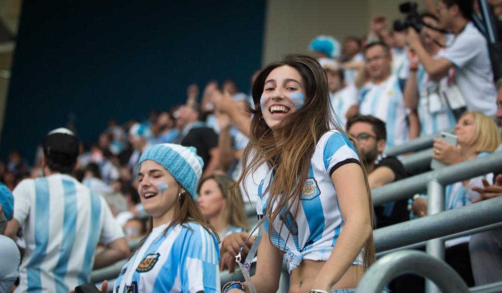 Các cổ động viên áo trắng xanh là nguồn cổ động lớn cho các cầu thủ Argentina