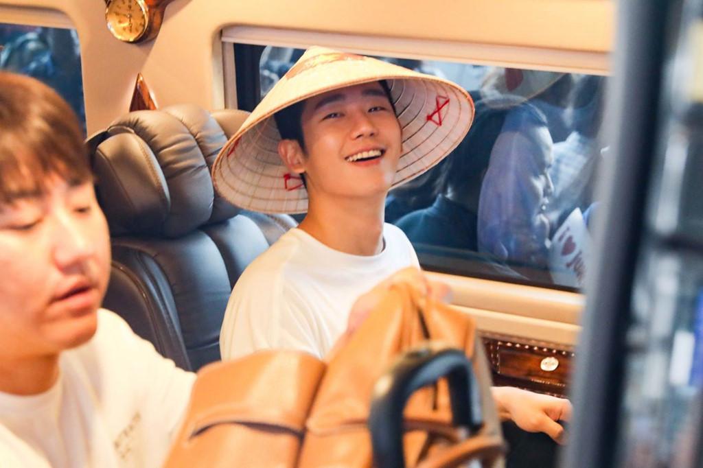 Dù khá vất vả để vượt qua vòng vây của người hâm mộ và phóng viên ảnh, Jung Hae In nở nụ cười với người hâm mộ khi lên xe di chuyển về khách sạn.