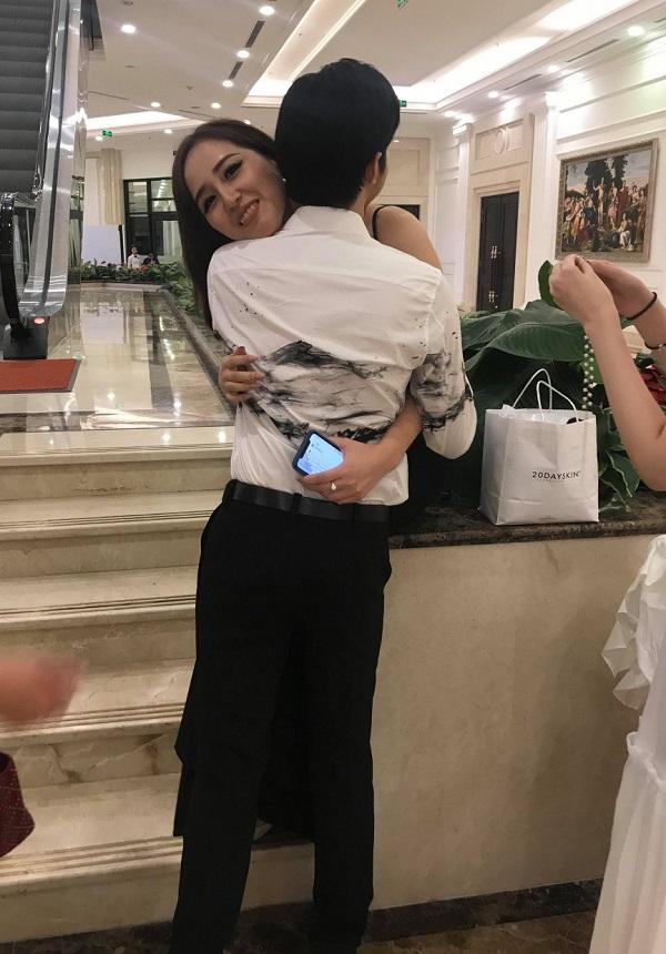 Mai Phương Thúy ôm chặt Noo Phước Thịnh với nụ cười ngọt ngào