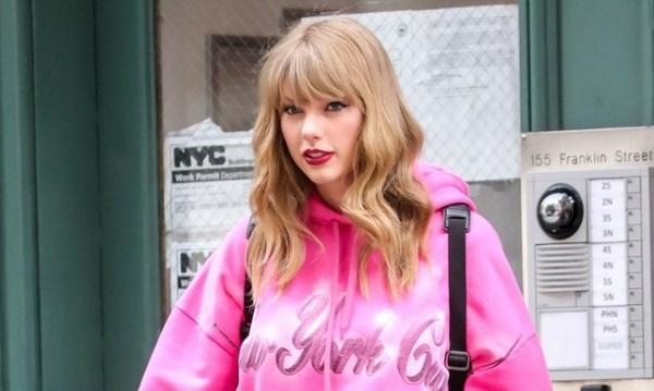Taylor Swift với chiếc áo hoodie 22 triệu
