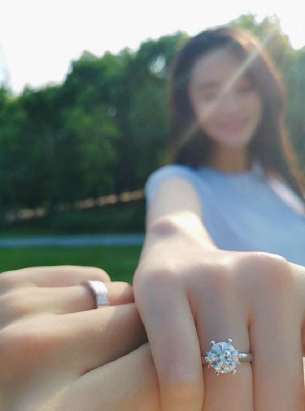 gái hư Trương Hinh Dư khoe nhẫn đính hôn