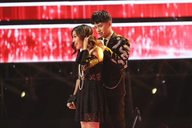 Ga lăng chăm sóc thí sinh nữ nhưng Noo Phước Thịnh vẫn không giành phần thắng