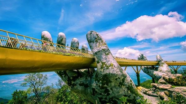 bàn tay cầu Vàng Đà Nẵng đang che chở bao học cây cầu
